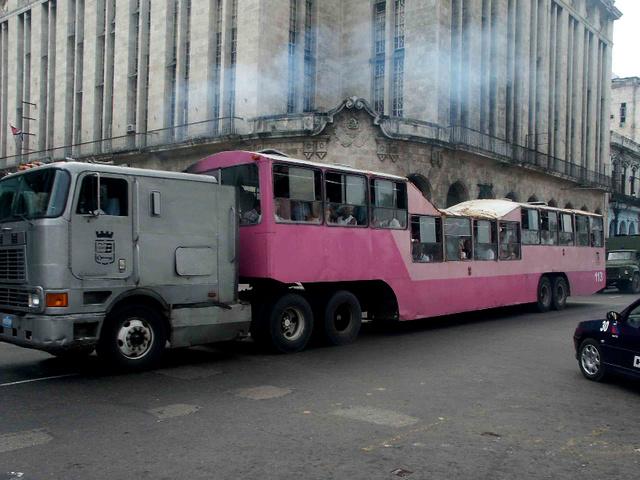 Nyergesvontatóból készült busz. Pink színűből több is volt Kubában