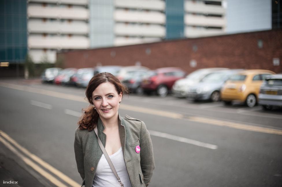 """Rebecca színházi színész, Glasgow-ban született de a felföldön nőtt fel, hosszas tanakodás után családilag igennel, az elszakadás mellett szavaztak.                         """"Próbáltam minél alaposabban tájékozódni a kérdésben, és tisztában vagyok vele, hogy hatalmas a kockázat, de nem szeretném elszalasztani, hogy lényeges, pozitív változások felé tereljem a hazámat.""""                         Két unokahúga van, nekik és a jövőbeni gyerekeinek szeretne egy jobb Skóciát biztosítani."""