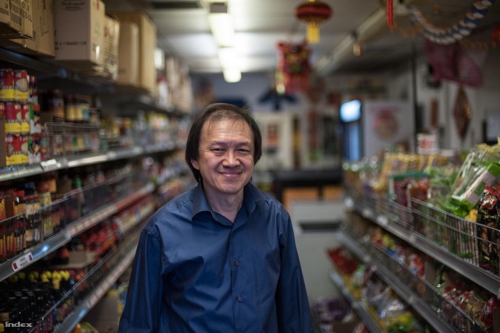 """Hyun Lim 30 éve költözött Malájziából Glasgowba, boltjában ázsiai élelmiszereket árul. Szerinte ha Szingapúr, """"ahol még az ivóvizet is Kínától kell venni"""", a saját lábára tudott állni, Skóciának is sikerülhet. Bár úgy látja, hogy az itteni emberekben nincs meg az a munkamorál, ami Szingapúrt naggyá tette.                         """"A szívemmel igennel szavaznék, az eszemmel nemre, de nem mondom meg magának, hova húztam az ikszet. Nem szeretek a boltomban politizálni, de az ösztöneim azt súgják, hogy pár százalékkal a Nem tábor lesz a befutó.""""                         Mint mondta, az üzletnek nagyon sokat ártana az elszakadás rövid távon, a beszállítói is aggódva figyelik az eseményeket."""