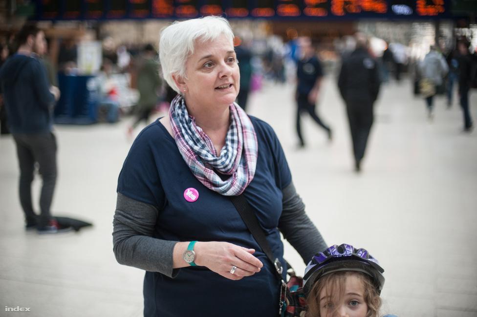 """Befut Angela, Ian felesége a lányukkal. A szavazatszámlást mennek megfigyelni az Emirates Sportcsarnokba.                         """"A Nők a Függetlenségért tagjaként egy éve aktívan kampányolok, főleg az Igen mellet, de nagyon fontos az is, hogy a nőket bevonjuk a politikába, nem akarjuk, hogy mindenről a férfiak döntsenek helyettünk."""""""