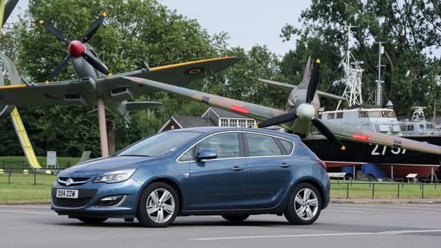 Egyszerű halogén lámpákkal volt, pedig az Opelé az egyik legjobb adaptív fényrendszer