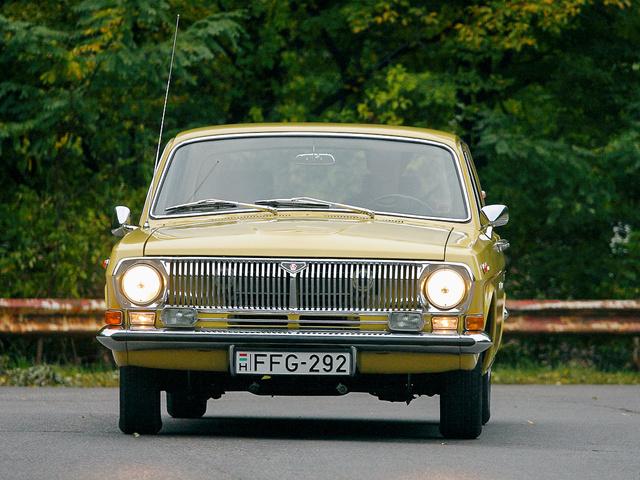 Krisztián a 24-10-es fényszóróit szerelte be a kocsiba. A rács és a lökhárító gyári eredeti
