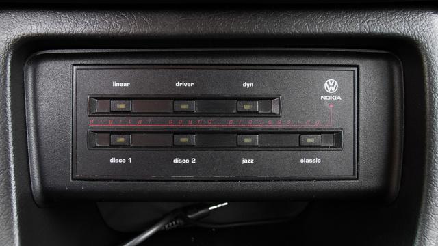 Előre beállított hangzásképeket lehet választani a Nokia-féle hangprocesszoron. Ez utólag került az autóba