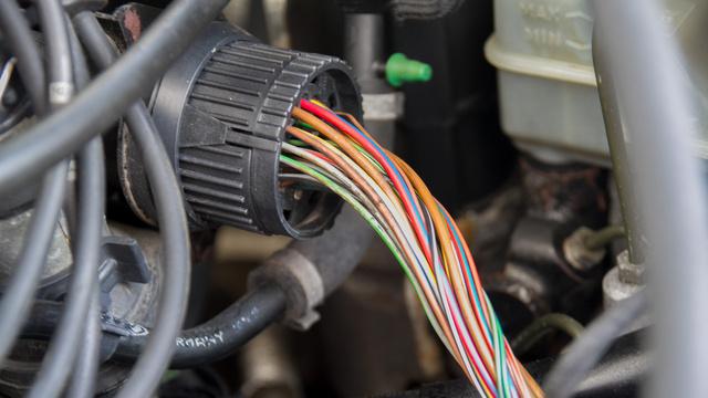 Egykor tisztességes bandázsolás védte a hőtől ezeket a vezetékeket. Mára az egész motortérben lemállott a külső szigetelésük. Az ok tipikus a VR6-nál: a blokk hőtermelése óriási, a hőelvezetés nem tökéletes