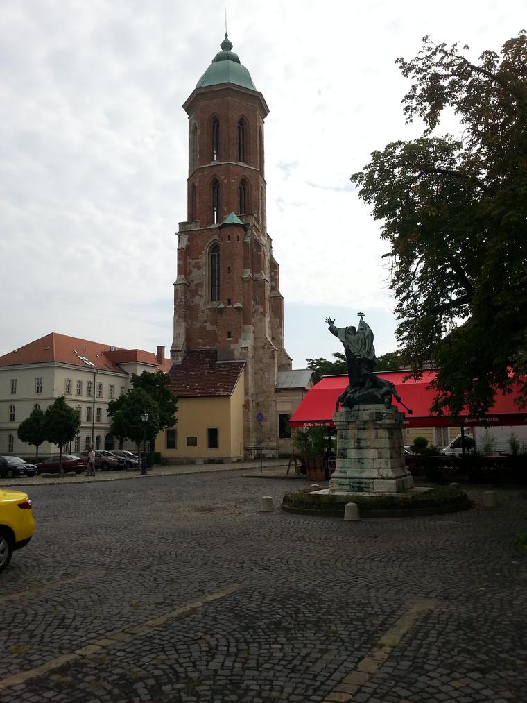Templom, kocsma, szobor