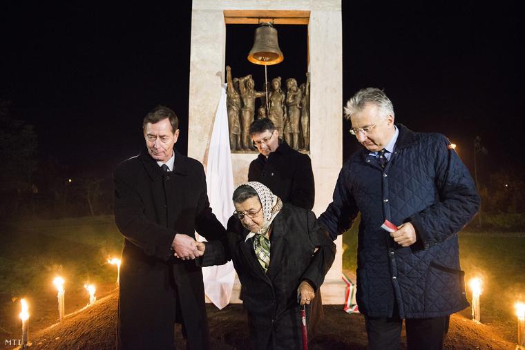 Semjén Zsolt nemzetpolitikáért felelős miniszterelnök-helyettes (j) özv. Korbács Sándorné az asszonylázadás egykor elítélt résztvevője (k) Hanusi Péter Nyírcsaholy polgármestere (hátul) és Lehr György főtanácsos (b) felavatták az erőszakos téeszesítés elleni 1960-ban történt asszonylázadás emlékművét 2012. november 9-én amely Bíró Lajos szobrászművész alkotása.