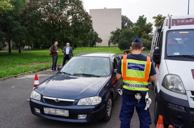 A rendőrök az okmányokat ellenőrizték. Egyikük éppen pénteken kifogott valakit, aki otthon felejtette a jogosítványát. Ezért 5-től 50 ezer forintig terjedő bírság jár. A tulaj megúszta egy ötössel
