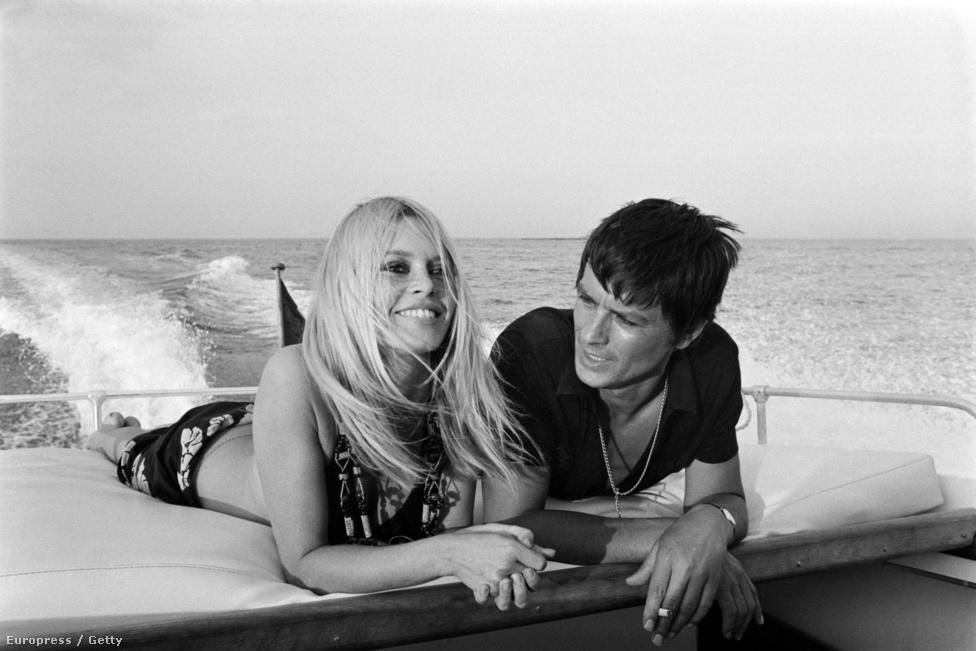 """A férfifaló Bardot-t rengeteg szeretővel hírbe hozták, a képen Alain Delon-nal látható 1968-ban. Jelenlegi férje a szélsőjobboldali Nemzeti Fronthoz kötődő Bernard d'Ormale, és Bardot nemrég a médiában is kifejtette: tiszteli a párt vezetőjét, Marine Le Pen-t, mert """"nő létére elég tökös"""". A párt leginkább bevándorlásellenes retorikájáról ismert, az Európai Parlamenti választásokat megnyerték."""