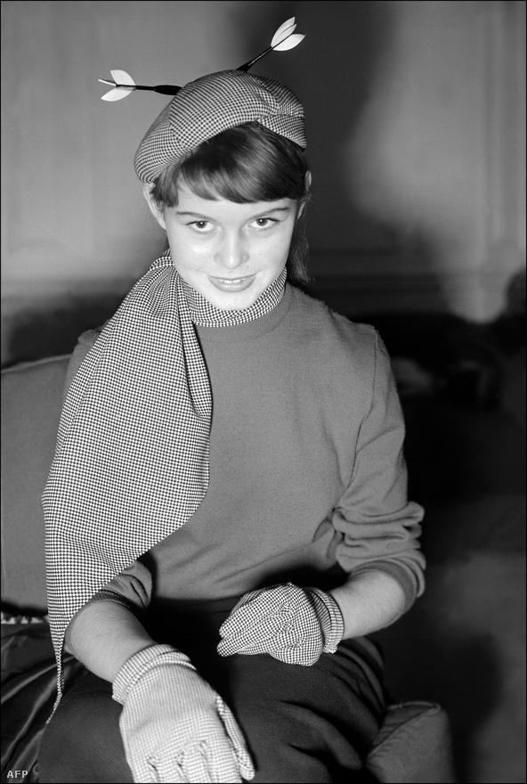 """""""A gyengelméjű harmincas Hippolyte Lemoine-nak el kell végeznie az általános iskolát, hogy megörökölhesse a Normann fogadót, amire Augustine nagynéni és lánya, Javotte is bejelentkezik. Még jó, hogy a jóságos falusi tanító és lánya egyengeti Hippolyte útját."""" Elsőre nem úgy hangzik, mint a huszadik század legnagyobb francia szexbombájának bemutatkozó filmje, pedig Brigitte Bardot a Normann fogadóban tűnt fel először 1952-ben, mint az áskálódó Augustine nagynéni lánya."""