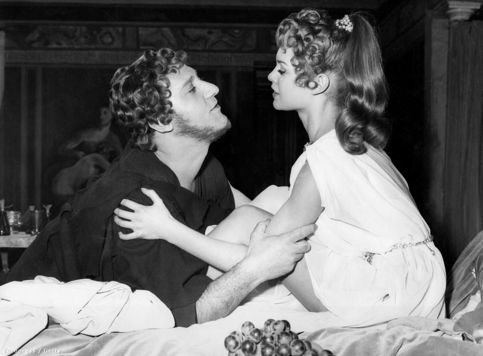 """Már 15 évesen fotómodell lett, az ELLE címlapján már 1950-ben feltűnt, alig 16 évesen. Ekkoriban jött divatba a jeune fille, azaz a csinosan öltözködő """"fiatal lány"""" Franciaországban, a címlapfotó ennek is mérföldköve lett. Roger Vadim filmrendező is itt látta meg és fedezte fel, 1952 decemberében össze is házasodtak."""