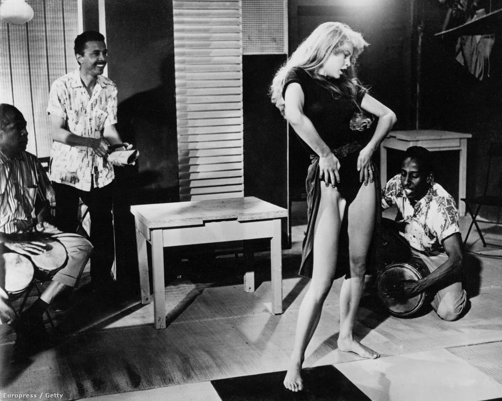 """A kicsapongó Saint-Tropez-i árvalány története, a kor elvárásaihoz képest messze túlfűtötten erotikus És Isten megteremté a nőt tette egycsapásra világhírűvé. """"Bárcsak soha meg sem születtem volna"""" – mondta a film kezdetén teljesen meztelenül hason fekve feltűnő Bardot a nemzetközi felhördülés hatására. """"Ugyanolyan fontos francia exporttermék, mint a Renault"""" – vélekedett Charles de Gaulle."""