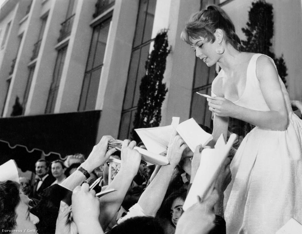 """""""Sétál, táncol, mozog, a vadászatban egyszerre vadász és préda. A férfiak ugyanúgy tárgyak neki, ahogy ő tárgy a férfiaknak, ez az, amivel megsérti a férfiak büszkeségét"""" – írta róla Lolita-szindróma című esszéjében Simone de Beauvoir 1959-ben. """"Pocsék színésznőként indultam és máig az vagyok"""" – mondta később magáról Bardot."""