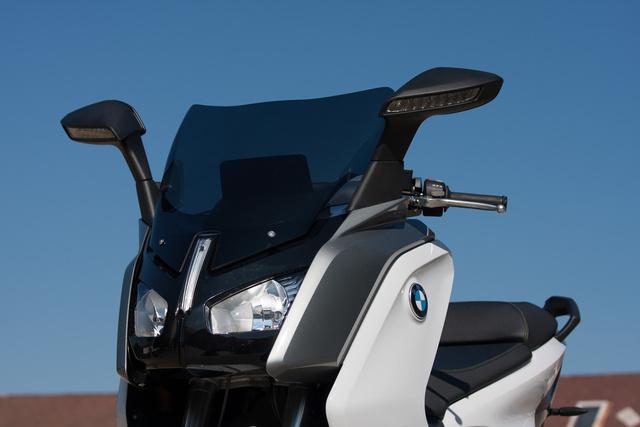 Innen főként a C600 Sportra emlékeztet villanyos BMW. Van nappali menetfény, ledesek az irányjelzők a két tükörben, a fényszórók viszont halógén izzóval világítanak