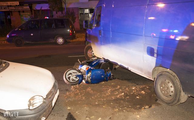 A motor beszorult a kisteherautó alá.