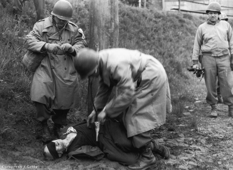 Amerikai katonák kutatnak át egy német kémet (1945.)