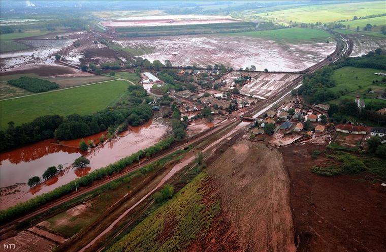Kolontár, 2010. október 8.Vörösiszap borítja az ipari katasztrófa által sújtott Veszprém megyei Kolontár utcáit 2010. október 6-án.