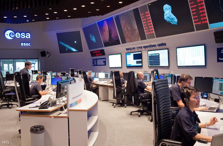 Szakemberek az Európai Űrügynökség az ESA darmstadti vezérlőtermében 2014. augusztus 6-án.