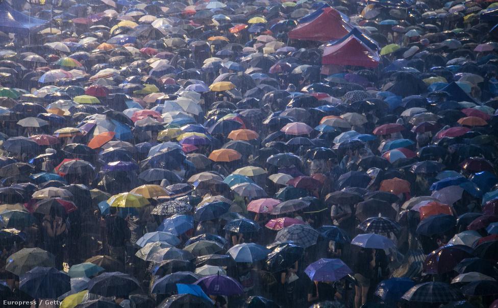 Az általános választójog eltörlése miatt tízezrek vonultak utcára a pekingi vezetés ellen tiltakozva. 2017-ben közvetlen választások lesznek a Hongkongot vezető főminiszterről, de nem biztosítják a szabad és nyilvános jelöltállítás jogát, csak egy előre leegyeztetett jelöltlistából lehet majd választani. A tüntetés szervezői október elsejéig adtak időt a kormánynak, hogy változtasson a választási reformokon, végül azonban az utcára vonuló több ezer ember nem tudott kellő nyomást gyakorolni.