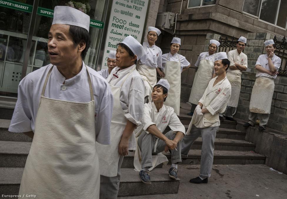 Egy pekingi étterem konyhásai várják a reggeli szállítmányt. A kép jól mutatja a nemek közti aránytalanságot. Vidéken sokszor elvetetik a magzatot, ha kiderül, hogy nem fiút vár egy pár. Így viszont az országban többségben vannak a férfiak, viszont idővel sokaknak egyszerűen statisztikai alapon sem juthat barátnő és feleség, ami komoly frusztrációkhoz vezethet.