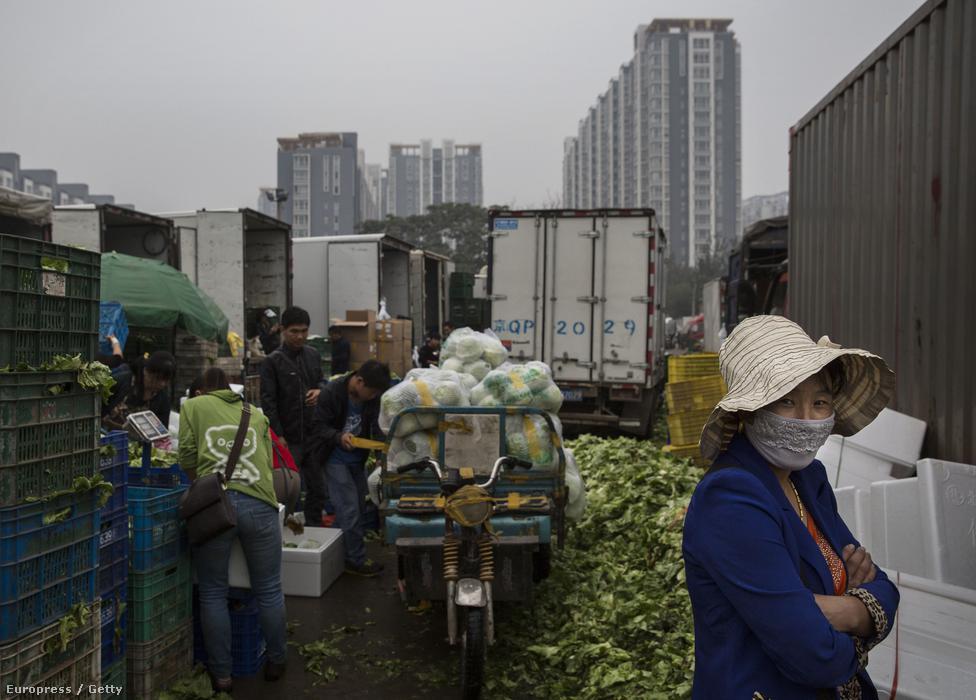 A kínai exportőrök azonban veszítettek a                          versenyképességükből az elmúlt időszakban, több gyárat is be kellett zárni, sokan kerülhetnek az utcára. Az elmúlt három évben a munkássztrájkok több mint fele Kuangtung tartományban volt. Máshol is felszínre emelkedtek már a feszültségek. A Társadalomtudományok Kínai Akadémiájának kutatása alapján legtöbbször helyi tisztviselők földelkobzásai, munkaügyi okok, légszennyezés és etnikai feszültségek álltak a tüntetések hátterében, de utcára vonultak már a tanárok és a bányászok is.