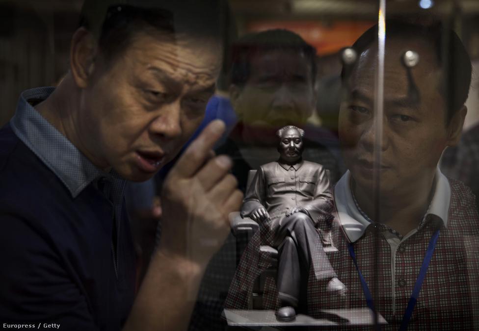Az országot  65 éve vaskézzel uraló kínai Kommunista Párt a reform és nyitás politikája óta felhagyott a vadkommunista eszmék terjesztésével, ám a meglehetősen vitatott örökségű Mao Ce-tung pártfőtitkárra történő romantikus visszaemlékezés mai napig a párt legitimációját adja.