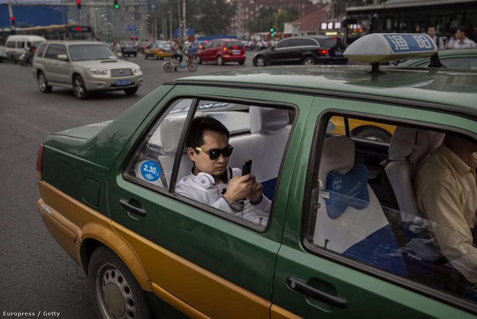 A tüntetések megszervezésében a közösségi média, a kínai Twitter, a Weibo, és az okostelefonok elterjedése is fontos szerepet játszott. Kína az okostelefonok és közösségi programok legnagyobb piaca a világon. Egy átlagos kínai okostelefonon fent vannak chatprogramok és közösségi alkalmazások – olyanok, amiket az állam engedélyez és ellenőriz. Az országnak megvannak a saját alkalmazásai, és bár le lehet tölteni a Facebookot vagy az Instagramot, ezek általában nem működnek.
