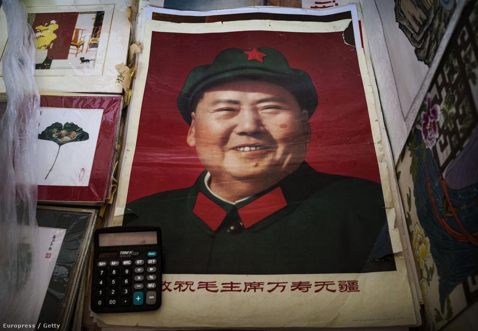 Mao az 1950-es években gazdaságilag teljesen tönkretette az országot, míg az 1966-ban kitört kulturális forradalomban is rengetegen életüket vesztették. Ezt követte a 80-as években a nyitás politikája, a pekingi vezetés szemében pedig a legfontosabb szempont a stabilitás fenntartása lett. Közben azonban a gazdasági fejlődés ellenére komoly feszültségek húzódnak a kínai társadalomban.