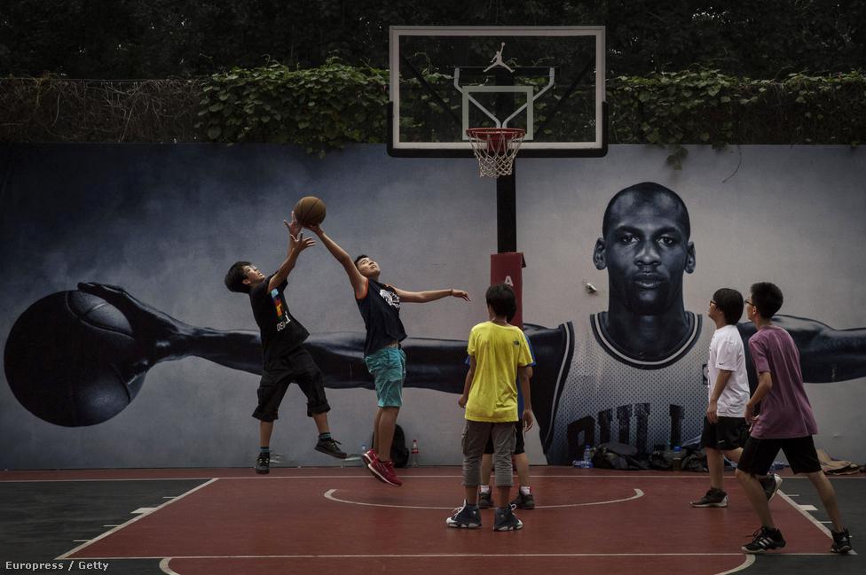 Pekingi fiatalok kosaraznak Michael Jordan képe előtt. A nagyvárosi fiatalok körében a kosárlabda vált a legnépszerűbb sporttá. Az egygyermek-szabály miatt előállhat olyan helyzet, hogy egy gyereknek kell majd gondoskodnia két szülőjéről, de akár négy nagyszülőjéről is, miközben a saját családját is el kell tartania.