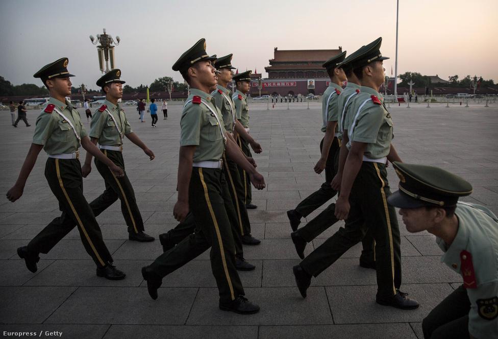 Múlt héten volt 65 éve, hogy kikiáltották a Kínai Népköztársaságot. A népköztársaság alapításának évfordulós ünnepségét beárnyékolta a hongkongi demokráciapárti demonstrációsorozat, amit Peking látványosan próbált bagatellizálni, és mostanra nagyrészt ki is fújt.