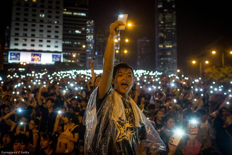 Hongkongnak, mint volt brit gyarmatnak, jobb elképzelése van a demokratikus rendszerekről, mint a szárazföldi kínaik nagy többségének. Hongkong 1997-ben került vissza Kínához, de azzal a kikötéssel, hogy ötven éven át bizonyos szintű autonómiát élvezhet, habár az nem terjedhet ki a külügyi és biztonságpolitikai kérdésekre.