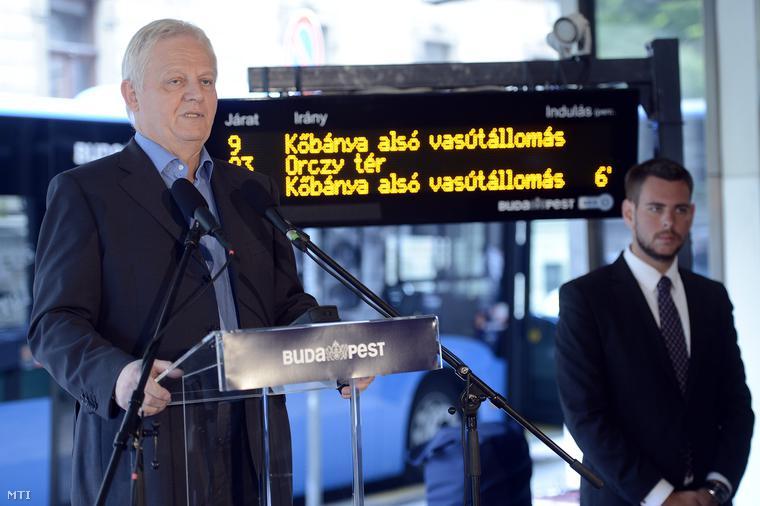 Tarlós István főpolgármester a Futár forgalomirányítási és utastájékoztatási rendszer kiépítésének befejezése alkalmából tartott sajtótájékoztatón a BKK fővárosi diszpécserközpontja előtt 2014. október 1-jén.