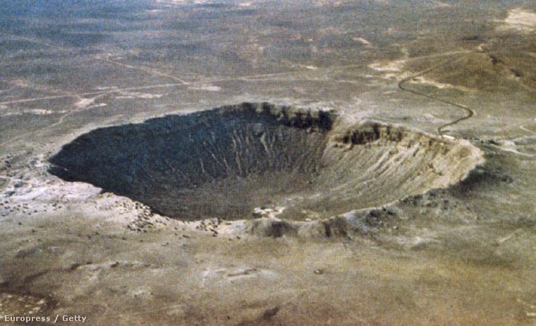 Az 1.1 km széles, 200 méter mély arizonai Meteor kráter az egyik legfiatalabb és legjobb állapotban megmaradt kráter a Földön. Nagyjából 50.000 évvel ezelőtt keletkezett, egy 30 méter átmérőjű, durván 100000 tonnás, vasban gazdag meteor 20 km/másodperces sebességgel a Földnek ütközött.
