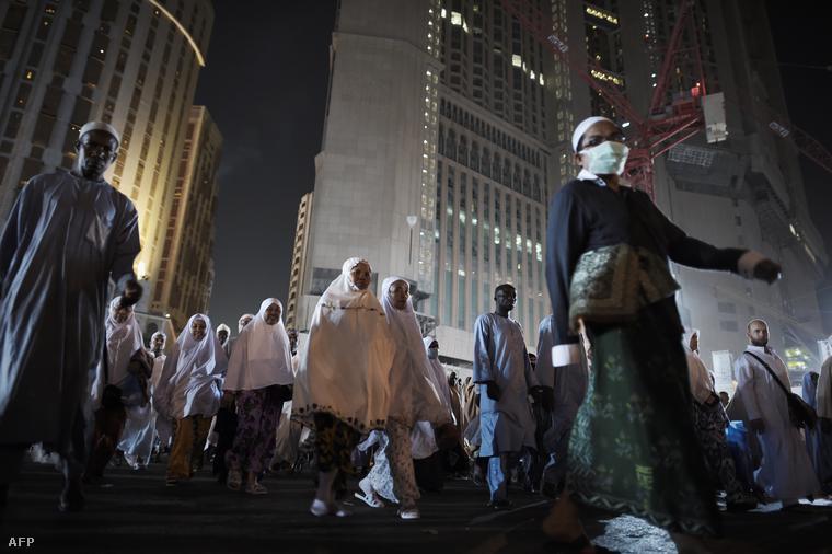 Zarándokok hagyják el ima után a Nagymecsetet Mekkában, 2014. szeptember 30-án.