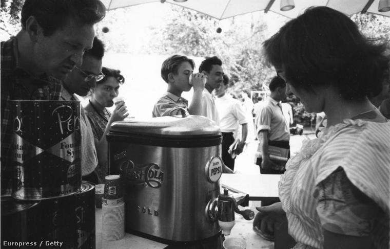 Egyesült Államok kiállítás Moszkvában. 1959-ben az szovjet közönség még csak kiállításokon találkozhatott a Pepsivel.