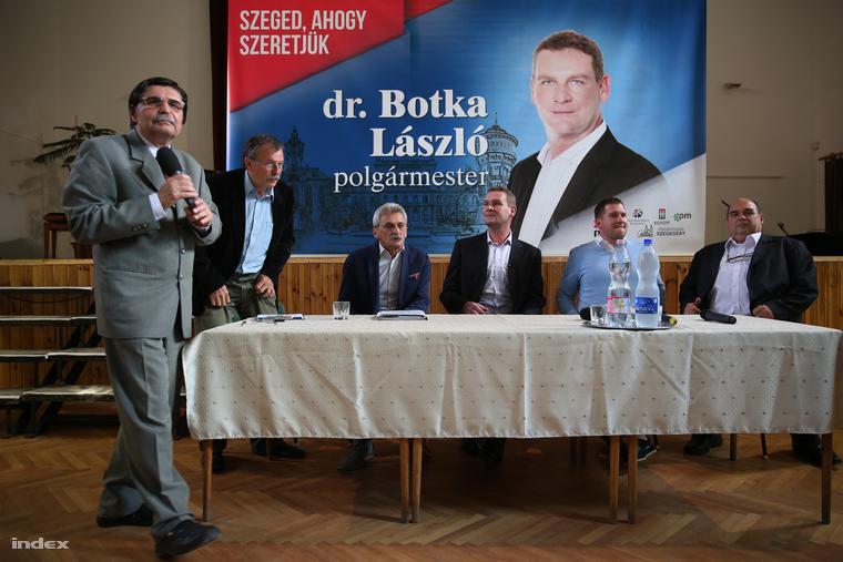 Botka László a szegedi művelődési házban tartott lakossági fórumon, 2014. szeptember 18-án.