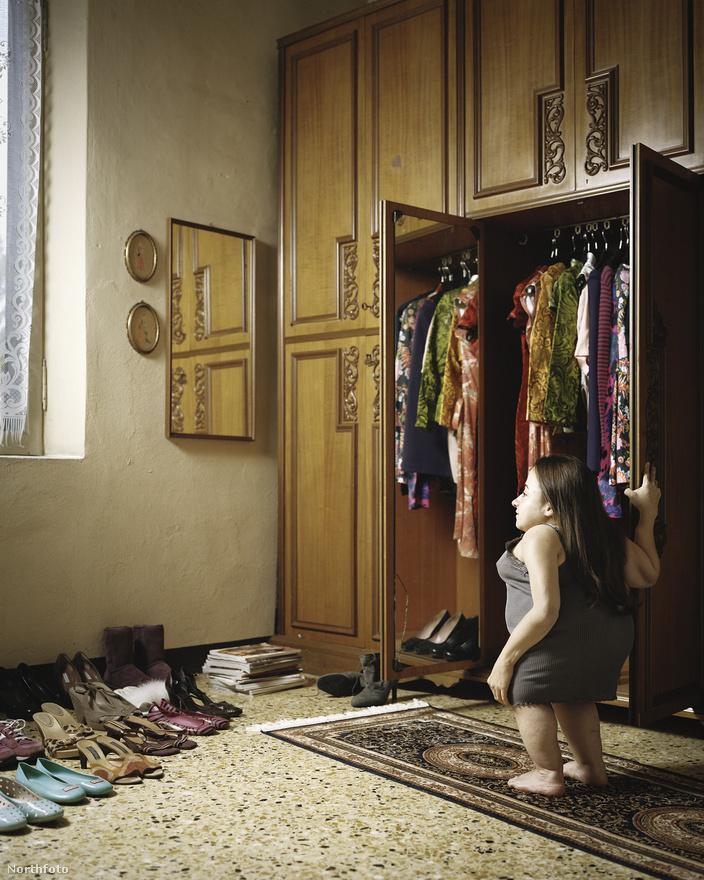 A 29 éves Chiara reggeli készülődés közben. A színésznőként és színházi rendezőként dolgozó nő a szerelmével közös lakásban él az észak-olaszországi Modenában.