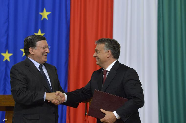 José Manuel Barroso, az Európai Bizottság leköszönő elnöke átadja a brüsszeli testület és Magyarország közötti partnerségi megállapodás dokumentumait Orbán Viktor miniszterelnöknek a megbeszélésüket követően tartott sajtótájékoztatón az Országházban 2014. szeptember 11-én.