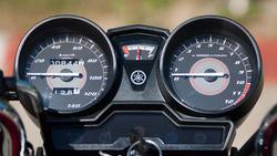 Hagyományos műszer, igényes kivitelben. Még üzemanyagszint-mérő is van, ami a motor függőleges helyzetében mutatja a valóságot. Ha időóra is lenne, akkor fullos lenne