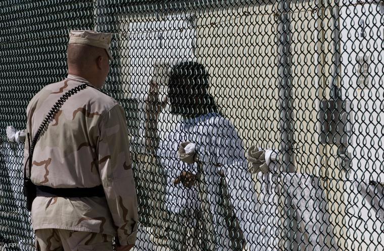Egy amerikai katona egy fogollyal beszélget