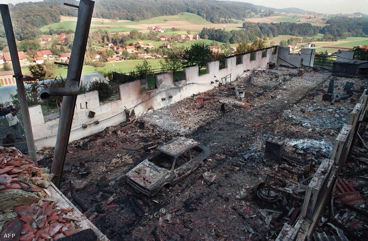 Felgyújtott ház maradványai Cheiry svájci faluban. 1994. október ötödikére virradó éjszaka 23-an haltak meg az épületben.