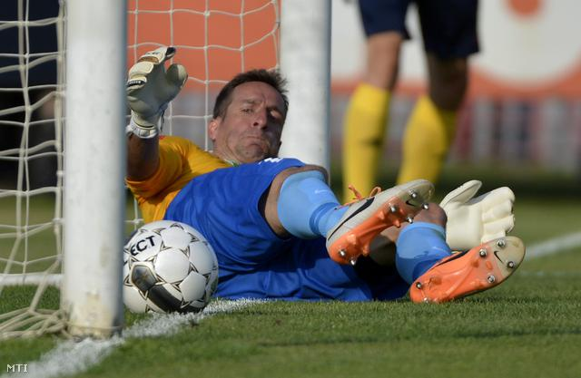 Milinte Árpád a Dunaújváros kapusa miután gólt kapott a labdarúgó OTP Bank Liga 1. fordulójában játszott Budapest Honvéd-Dunaújváros Pase mérkőzésen a Bozsik József Stadionban 2014. július 26-án.