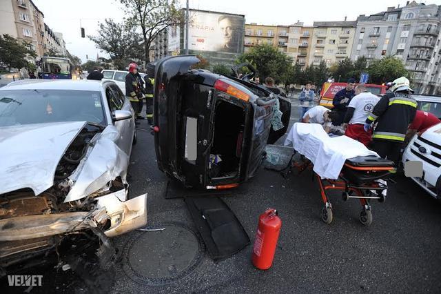 Két sérültet a tűzoltók szabadítottak ki az autójukból.