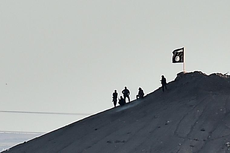 Iszlám fegyveresek egy dombtetőn a török határ közelében