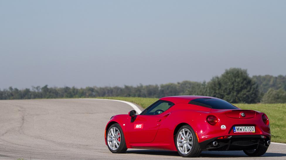 Mint egy aprócska Ferrari, úgy lapít hullámzó testével és két, hetyke kipufogójával.