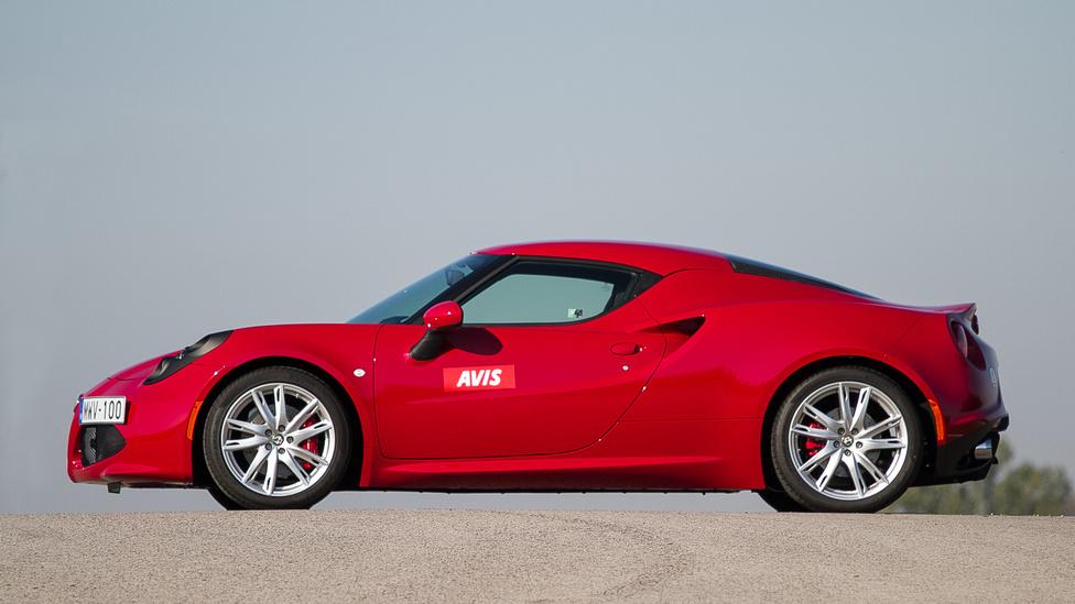 Négy éve, 2011-ben mutatta be az Alfa Romeo a 4C Concept-et, amely a szinte teljesen szériaközeli 4C tanulmánya volt. Hogy mennyire sokkolta a világot, azt mindennél jobban mutatja a tény, hogy abban az évben még a kőkeményen VW-imádó Auto Bild is az év tanulmányautójának választotta. És persze a Villa d'Este vonatkozó díját is bezsebelte. Egy centi híján négy méter, ezzel 39 centiméterrel rövidebb, mint a Cayman (amit Nagy-Britanniában a rossz nyelvek csak Gayman-névvel illetnek) cserébe hat centiméterrel szélesebb (1868 mm), ezzel arányait tekintve is közelebb van a Lotus Elise-hez, mint a Porschéhoz. Folyadékokkal feltöltve, menetkész állapotban 925 kiló.