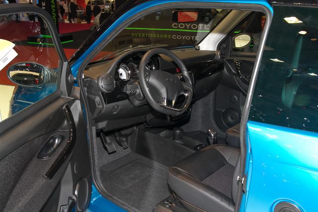 A kormány a Citroen DS3-é, ahogy a belső dizájn is