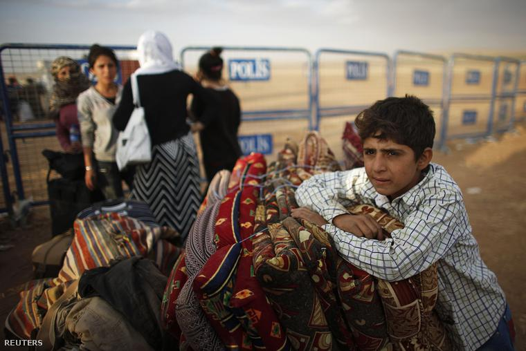 A heves harcok elől menekülő kurdok a Törökországi Suruc város közelében, 2014. szeptember 25-én.