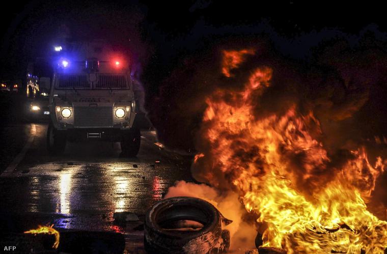 Lángoló gumiabroncsok Diyarbakir városban, ahol a tiltakozó kurdok tüntetése heves összecsapásokba torkollt a török rendőrséggel, 2014. október 7-én.