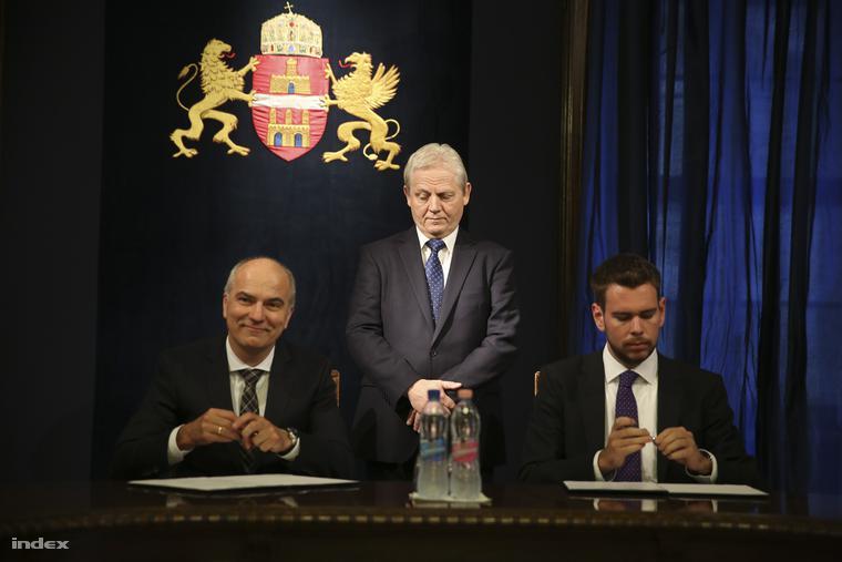 A Scheidt&Bachmann igazgatója, Vitézy Dávid és Tarlós István az elektronikus jegyrendszer kiépítéséről és üzemeltetéséről szóló szerződés aláírásán. A budapestiek első alkalommal ingyen kapják meg a chipkártyákat.
