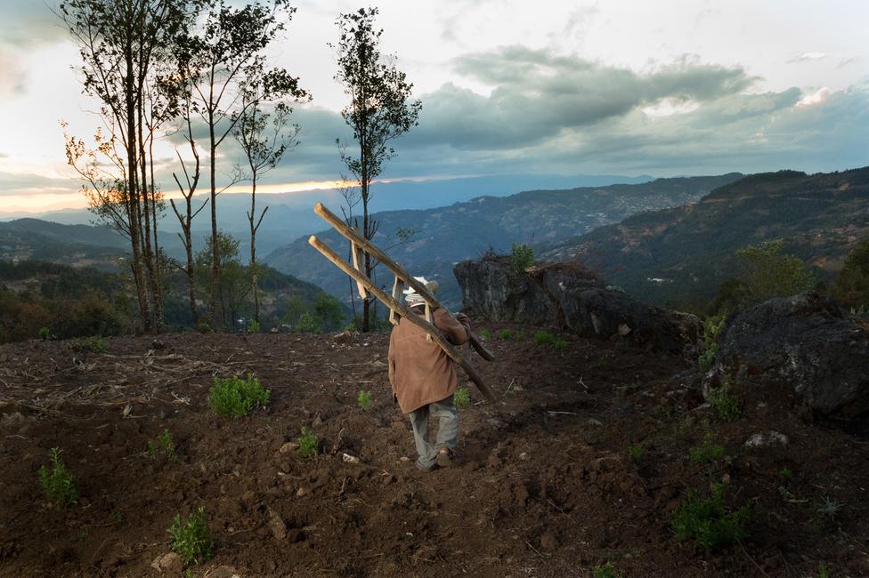 A mixtek hitvilágában jól megférnek egymás mellett a római katolikus tanok a közép-amerikai bennszülöttek hiedelmeivel. Szerintük nincs ellentmondás az egyistenhit és a különböző törzsi rítusok között.
